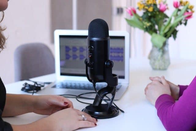 micro de podcast posé sur un table blanche