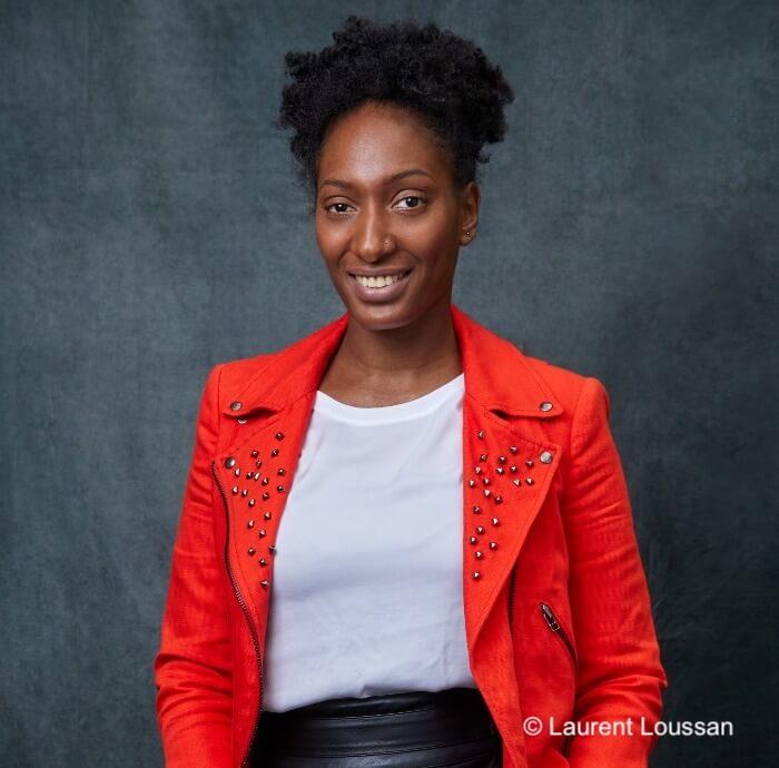 portrait de yasmine larochelle avec une veste rouge sur fond noir ceo agence cookrea strategie digitale