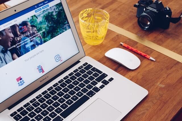 ecran d'ordinateur posé sur une table affiche comment faire du facebook ads