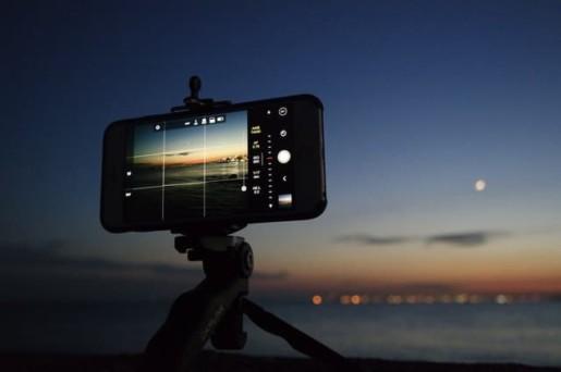Telephone posé sur un trépied prenant une video sur une plage